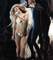 Lady Gaga var tilbake i kjent stil og åpnet showet med fremføring av sin nyeste singel «Applause».