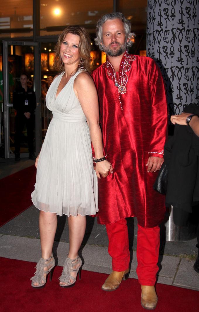 KOM I SKJORTEL: Ari Behn kom i indiske klær på den røde løperen, mens prinsesse Märtha Louise hadde grå kjole og buskete sko. (Foto: Marius Gulliksrud, ©ps)