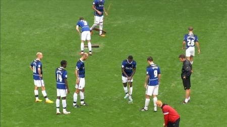 Spillerne måtte hjelpe til med dreneringen under Charlton-Doncaster, men kampem ble stoppet på grunn av overvann. (Foto: TV 2)