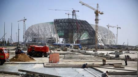 TAR FORM: Fisht-arenaen under bygging i Sotsji. Bildet er tatt 20. august. (Foto: PAWEL KOPCZYNSKI/Reuters)