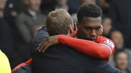 TAKK: Brendan Rodgers omfavner Daniel Sturridge etter sistnevntes ledermål. (Foto: PAUL ELLIS/Afp)