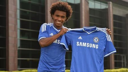 OFFISIELT KLAR FOR CHELSEA: Willian ble onsdag presentert som Chelsea-spiller ved klubbens treningsfelt Cobham. (Foto: Chelseafc.com)