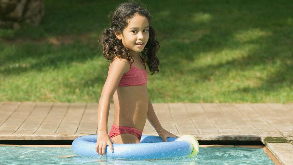 SEKSUALISERING: Norske kjedebutikker selger bikinitopper til barn helt ned til 2 år. Mange foreldre reagerer med vantro mot trenden.  (Foto: Illustrasjonsfoto)