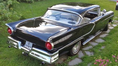 Festbrakke-preget er borte, og bilen har fått igjen verdigheten sin. Samtidig er det også rom for noen customgrep og personlig stil på den flotte 1957-modellen. (Foto: Privat)