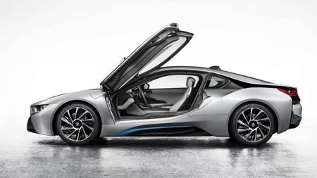 Som seg hør og bør er det snakk om skikkelige måkevingedører og et helt nytt design. BMW i8, en hybrid sportsbil med firehjulstrekk, skal også si mye om hvilken retning merket vil ta framover.