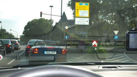 Ute på testtur i Frankfurt-trafikken, fortsetter vi rett fram kommer vi forresten til Rüsselsheim hvor konkurrenten Opel holder til.