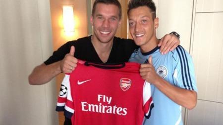 FORNØYD: Mesut Özil feirer Arsenal-overgangen sammen med Lukas Podolski.
