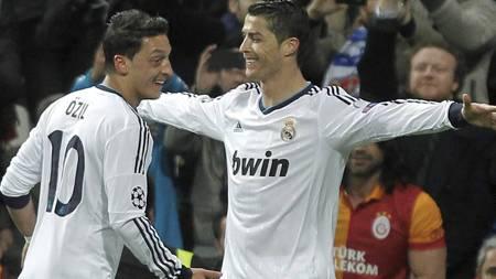 GODE VENNER: Ronaldo og Özil feirer scoring. (Foto: Andres Kudacki/Ap)