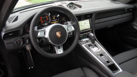 Interiøret holder svært høy kvalitet og byr på overraskende mye komfort. Plassen er som forventet i en sportsbil. (Foto: Benny Christensen)