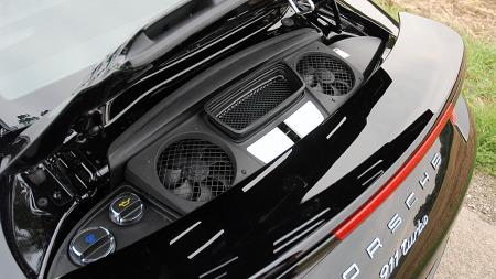 Det er ikke mye man ser til den, men under her ett eller annet sted sitter 3,8-literen som yter enten 520 hk (911 Turbo), eller 560 hk (911 Turbo S)  (Foto: Benny Christensen)