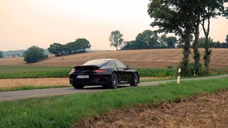 Stille landevei og potent sportsbil - livet blir ikke så mye bedre enn dette... (Foto: Benny Christensen)