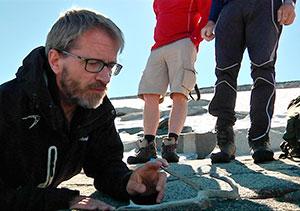 Lars Pilø med et reinsdyrgevir som er smeltet frem. (Foto: Harald Jacobsen)