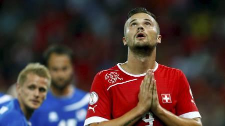 MYE Å BE OM: Norge trengte sveitisk poengtap fredag, og Haris Seferovic og hans lagkamerater rotet bort to poeng i Bern. (Foto: RUBEN SPRICH/Reuters)
