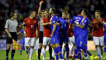 RØDT KORT: Josip Simunic fikk se det røde kortet mot Serbia. (Foto: MARKO DJURICA/Reuters)