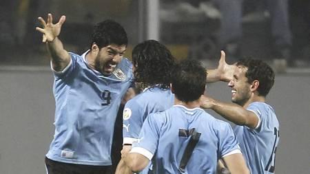 SENTRAL: Luis Suarez blir gratulert etter å ha scoret mot Peru. (Foto: Martin Mejia/Ap)