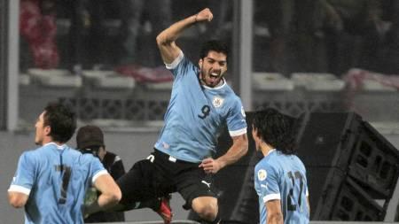 HØYTFLYVENDE: Luis Suarez jubler for et av sine to mål mot Peru. (Foto: MARIANA BAZO/Reuters)