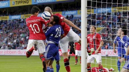 STANGER INN 1-0: Tarik Elyounoussi slår til og med lagkamerat Brede Hangeland og setter inn sitt sjuende landslagsmål. (Foto: Larsen, Håkon Mosvold/NTB scanpix)