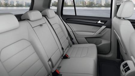 Slik ser det ut i baksetet - som er skyvbart hele 18 centimeter i lengderetningen. VW har imidlertid ikke valgt å splitte det i tre separate seter slik mange flerbruksbiler har.
