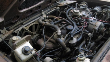 Motoren på drøyt 1,6 liter i Gordini-modellen er den samme som   satt under panseret i versting-utgaven av Renault 16, 16 TX. I den mindre   coupeen bør den kunne gi hyggelige prestasjoner. (Foto: eBay.com)