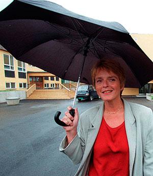 Sp-leder Anne Enger Lahnstein utenfor valglokalet på Voksen skole i Oslo 15. september 1997. Det var vått og grått i det meste av landet.  (Foto: Jon Eeg / SCANPIX)