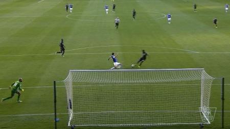BOMMER HER: Gareth Barry takler Samuel Eto'o akkurat i det kameruneren skal sette ballen i nettet. (Foto: TV 2)