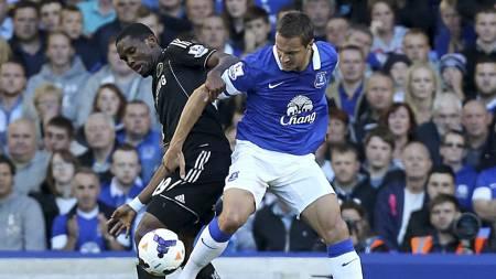 DEBUTERTE: Samuel Eto'o fikk starte for Chelsea, men fikk det tøft i dueller med blant andre Phil Jagielka. (Foto: Peter Byrne/Pa Photos)