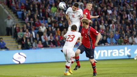 HER SCHÄR DET: Fabian Schär stanget inn 1-0 for Sveits mot et passivt norsk forsvar. (Foto: Poppe, Cornelius/NTB scanpix)
