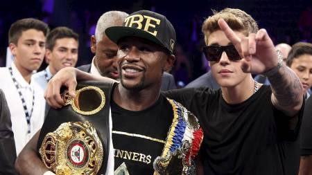 Justin Bieber var også på plass da Floyd Mayweather vant kampen mot Canelo Alvarez. (Foto: JOHN GURZINSKI/Afp)