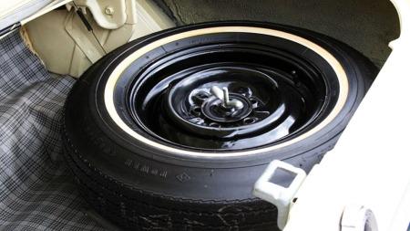 Både bagasjerom og reservehjul er ubrukt . (Foto: eBay)