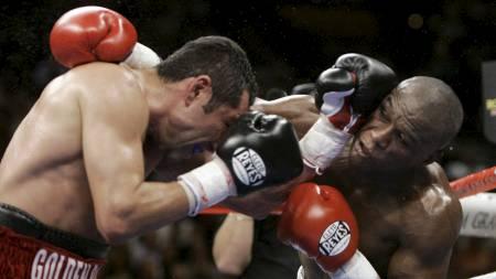 TØFF KAMP: Oppgjøret mellom Oscar De La Hoya og Floyd Mayweather er tidenes mest sette boksekamp. (Foto: Kevork Djansezian/AP)