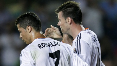 SCORET I DEBUTEN: Cristiano Ronaldo gratulerer Gareth Bale med scoring mot Villarreal. (Foto: Alberto Saiz, ©AS BJ**LON**)