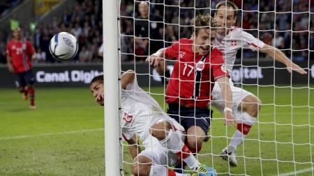 TRIPPELSJANSE: Norge og Stefan Johansen fikk en stor sjanse drøyt midtveis ut i første omgang, men ballen ville ikke inn i nettet. (Foto: Larsen, Håkon Mosvold/NTB scanpix)