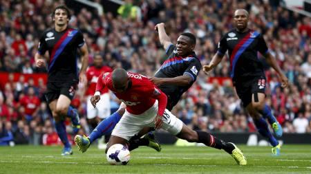 STRAFFE OG RØDT: Kagisho Dikgacoi fikk det røde kortet og Manchester United fikk straffespark etter denne situasjonen. (Foto: DARREN STAPLES/Reuters)