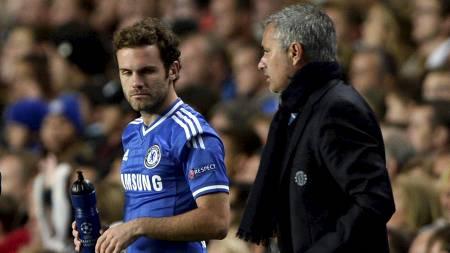 IKKE BESTEVENNER: Juan Mata og Jose Mourinho virker ikke å ha et hjertelig forhold. (Foto: DYLAN MARTINEZ/Reuters)