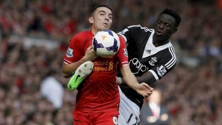 DUELL: Iago Aspas, Liverpool, og Victor Wanyama, Southampton, i duell om ballen. (Foto: PHIL NOBLE/Reuters)