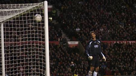 LURTE JAMES: Wayne Rooney lobbet elegant over David James mot Pompey i 2007. (Foto: Neal Simpson/Pa Photos)