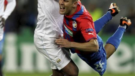 TILBAKE: Vincent Kompany i aksjon for Manchester City mot Viktoria Plzen. (Foto: DAVID W CERNY/Reuters)