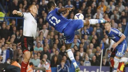 SJELDEN VARE: John Obi Mikel scorer sitt første Premier League-mål for Chelsea mot Fulham. (Foto: BEN STANSALL/Afp)