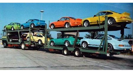 På vei til USA. Alle IROC-Porschene hadde forskjellig farge. De skulle jo vises på farge-TV. Legg også mreke til at disse bilene har