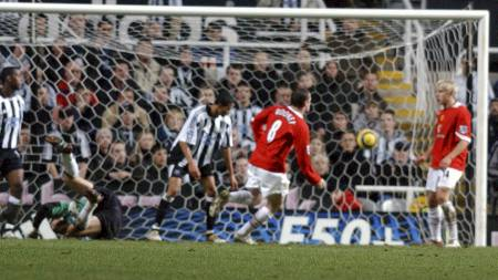 NUMMER TO: Wayne Rooney dundret ballen på hel volley i mål bak Shay Given. (Foto: Neal Simpson/Pa Photos)
