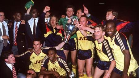 JUBEL: Paul Merson (i treningsdrakt ved siden av keeper John Lukic) feirer ligatittelen i 1989 med resten av Arsenal.