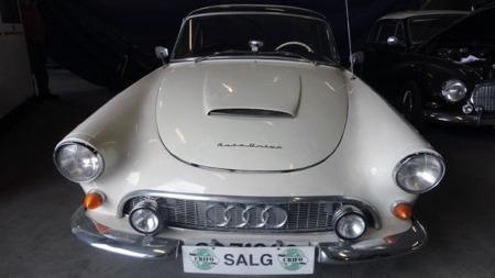 Det var mer enn størrelsen som skilte 1000 SPen fra Ford Thunderbird. Tyskeren hadde en tresylindret totakter under panseret, og dro faktisk også på forhjulene. (Foto: Finn.no)