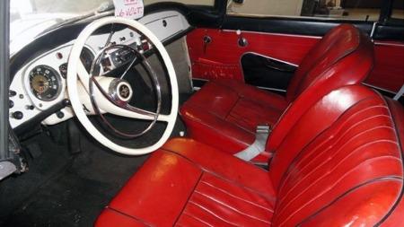 Interiøret var pent nok, om enn ikke like luksuriøst som i amerikaneren. Rød og sort vinyl mot hvitt ratt og hvitlakkerte flater ser da også svært flott ut i utgangspunktet. (Foto: Finn.no)
