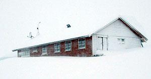 Fonnbu var lav, og lå på tvers av dalen. Det kunne samle seg så mye snø at forskerne måtte grave seg ned til døren. (Foto: NGI)