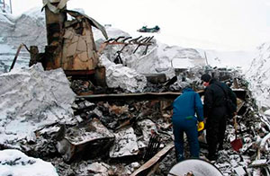 Den første skredstasjonen brant helt ned til grunnen. Bare peisen og pipen sto igjen (Foto: NGI)