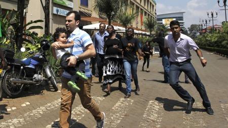 FLYKTET: Kunder på kjøpesenteret Westgate løper for livet etter   at væpnede menn angrep lørdag formiddag.