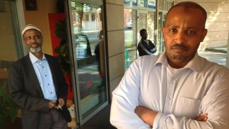 SKUFFET: Mohamed Abdi Said (t.h) og Bashir Dahir Bihi forstår ikke hvorfor noen har lagt et grisehodet på dørstokken til Norges største moské. (Foto: Roar Dalmo Moltubak/TV 2)