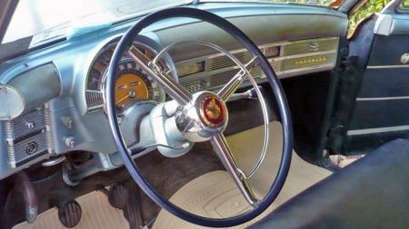 Også dashboardet viser at dette var en meget påkostet bil i 1949. Nytt av året var padding på dashboardets overkant, og selv den er like hel etter å ha stått i garasjen siden 1971. (Foto: oldtownclassics.com)