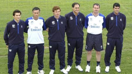 Manager of Chelsea FC, Jose Mourinho (second left) with his newly announced coaching team (from left) Fitness Coach Rui Fari, Scout Andre Villas Boas, Goalkeeping Coach Silvino Louro and Assistant managers Steve Clarke and Baltemar Brito. Issue date: Monday May 20, 2013. Real Madrid tonight announced that Jose Mourinho would leave the club following their final game of the season against Osasuna on May 31. The Special One has been heavily tipped to return to Chelsea this summer and his departure leaves a vacancy for one of the most high profile jobs in world football. See PA story SOCCER Real Madrid. Photo credit should read: Fiona Hanson/PA Wire (Foto: Fiona Hanson/Pa Photos)
