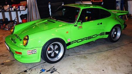 Det er liten tvil om at Lasses knallgrønne Porsche syns i trafikken (Foto: Benny Christensen)